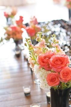 flores en color coral para centros de mesa