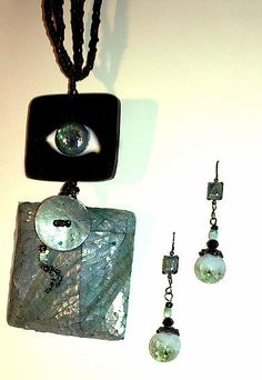 à l'origine, une embrase de rideau ( les deux carrés, avec un système d'aimant pour les accrocher l'un à l'autre, et le collier 3 rangs déjà fait ! ) + deux billes craquelées vert d'eau/blanc, une vieille paire de BO réactualisée, un bouton de nacre, du vernis vert d'eau et bleu pailleté, une journée de boulot ( séchage compris...) et hop !