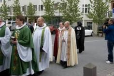 April Fools: The 10 Best Photobombs: Darth Vatican Darth Vadar walking into a church