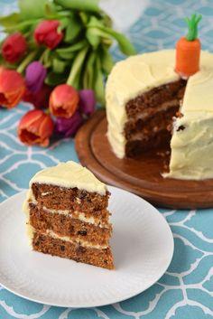 Receta para un carrot cake, ideal para Pascua. Pastel de zanahoria con nueces y pasas, cubierto de frosting de queso crema.