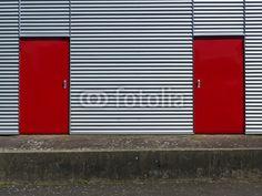 Wellblechfassade mit roten Türen am Segelflugplatz Oerlinghausen bei Bielefeld am Teutoburger Wald in Ostwestfalen-Lippe