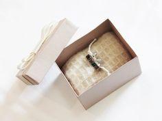 Alianças mais que especiais em sua caixinha cheia de simbolismos  Design contemporâneo sem perder as tradições #juliatoledojoias #MadeWithLove #FelizesParaSempre