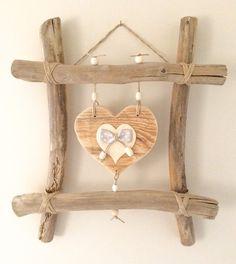 Cadre Kerléan - Référence C.030 Cadre en bois flotté avec gros cœur en bois et petit cœur décorés d'un noeud et de ficelle de lin et perles en bois. Tout est confection - 19946397