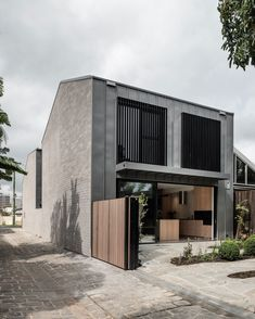Presenting as two humble, mass volumes on site, Tandem House sees the single- storey silhouette maintained while the separating central courtyard brings natural light deep into the home. Fiona Drago combines a modest and measured approach to create a cleverly planned and efficient resolve. Occupying its slight and modest site, a fitting home sits resting behind the seemingly single-level façade.