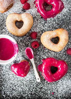Donuts an sich sind ja schon nett. Noch netter sind sie mit Zuckerguss und ganz besonders nett in Herzform.