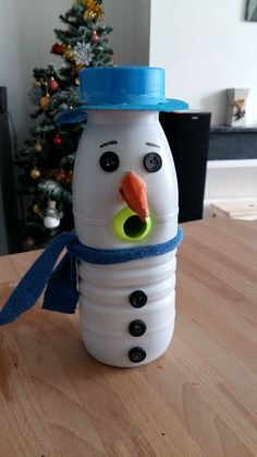Un bonhomme de neige à fabriquer avec du matériel de récupération qui fera fureur devant votre sapin et amusera les enfants en attendant les fêtes ! Kids Christmas, Christmas Crafts, Hand Spinner, Geocaching, Diy Arts And Crafts, Babysitting, Winter Holidays, Halloween, Drink Bottles