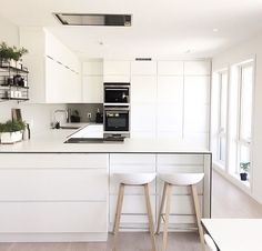 White, white and more white 🙌🏻 something about an all white kitchen that looks so fresh and clean - from the home of 👈🏻 All White Kitchen, New Kitchen, Kitchen Dining, Kitchen Ideas, Modern Home Interior Design, Kitchen Interior, Cocinas Kitchen, U Shaped Kitchen, Scandinavian Kitchen