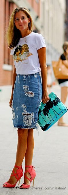 Denim Skirt Back Both sporty and stylish; denim skirts are a favorite of this summer! Denim skirts have left us for a while. Denim Skirt Outfits, Denim Outfit, Denim Skirts, Jean Skirts, Midi Skirts, Long Skirts, Denim Overalls, Denim Fashion, Skirt Fashion