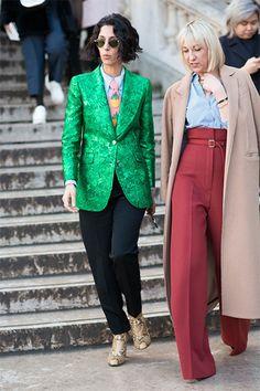 新生「Style.com」のファッション・ディレクターを務めるスナップ界の常連ヤスミン。メタリックグリーンのジャケットにパイナップルモチーフがあしらわれたピンクのネクタイを合わせて、ハイレベルなマニッシュスタイルに。 世界のおしゃれスナップ Fashion madame FIGARO.jp(フィガロジャポン)