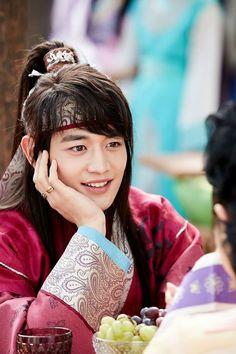 drama 'Hwarang' com Minho. Choi Min Ho, Park Hyung Sik, Asian Actors, Korean Actors, Korean Dramas, K Pop, Boys Beautiful, South Corea, Onew Jonghyun