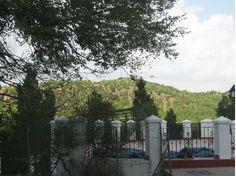 Vistas del entorno del camping desde la terraza sobre la piscina.