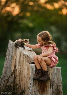 Photographer Captures The Special Bond Between Her Daughter And Animals - World's largest collection of cat memes and other animals Animals For Kids, Baby Animals, Cute Animals, Cute Kids, Cute Babies, Double Exposition, Photo Animaliere, Foto Baby, Precious Children