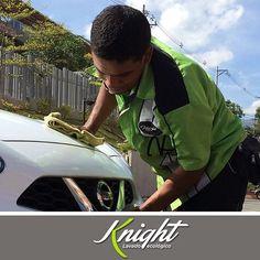 ¿ #Sabíasque mantener limpio tu vehículo, además de verse mejor, te ayuda a mantener vivo su color? Así, que no lo pienses más, programa tu servicio #Knight a domicilio en nuestra página web o llamando al teléfono 413-0001. #LavadoEcológico #LavaCarros