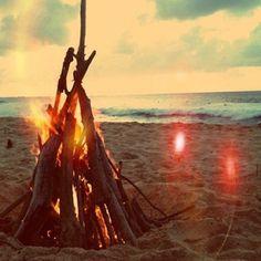 ...kampvuur op het strand...