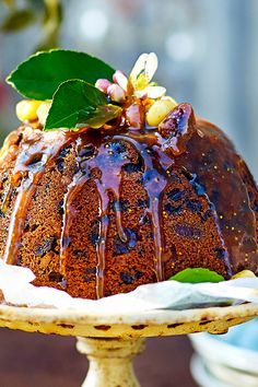 The addition of sweet and juicy figs and crunchy Australian macadamia nuts puts a delightful twist on the classic steamed Christmas pudding. Cut yourself a big slice and serve warm with a drizzle of cream. Christmas Lunch, Christmas Pudding, Christmas Cooking, Christmas Treats, Irish Christmas, Christmas Entertaining, Christmas Cakes, Coastal Christmas, Fig Recipes