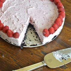 This frozen raspberry cheesecake is easy, decadent, no bake and 5 ingredients. Plus, it has a yummy chocolate cookie crust! #sensationalsides #cheesecake #frozendesserts