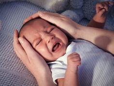 Bébé a mangé, il est propre … et pourtant il pleure ! Il a besoin d'êre câliné et du contact avec sa maman ou son papa. Voici quelques gestes pour l'apaiser.