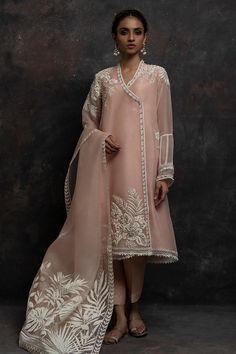 Designer Dresses at sale prices Shadi Dresses, Pakistani Formal Dresses, Pakistani Wedding Outfits, Pakistani Dress Design, Wedding Dresses, Indian Attire, Indian Outfits, Indian Designer Outfits, Designer Dresses