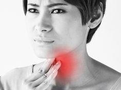 Bei Halsschmerzen hilft eine Mixtur aus Zitrone, Salz und Pfeffer. In einer Tasse warmem Wasser verrühren und gurgeln.Beim ersten Kratzer