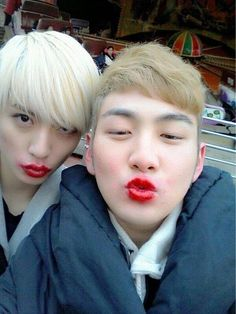 When Ren and Baekho had to put lipstick on each other while they were on the ride behind them xD