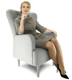 Fotel tapicerowany Skandica UVE został zaprojektowany jako mebel wypoczynkowy, który dzięki nowoczesnemu wzornictwu spełni również funkcje reprezentacyjne. Fotel UVE posiada obszerne oparcie z przeszyciami w kształcie dużej litery X. Na połączeniu linii znajduje się guzik z kryształkami, który można zastąpić guzikiem tapicerowanym w kolorze fotela. #fotel #fotele #wygodnyfotel #armchair #mebletapicerowane #nowoczesnyfotel #meble #polskiemeble #polskiproducent #mebleSkandica Recliner, Armchair, Lounge, Furniture, Home Decor, Chair, Sofa Chair, Airport Lounge, Single Sofa