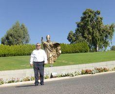 DOMUS GALILEA: Escultura en honor de San Juan Pablo II como recuerdo de su visita al Monte de las Bienaventuranzas en el 2000 año del Gran Jubileo