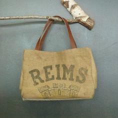 Grand et unique panier ou cabas de plage en toile de jute ancienne recyclée - authentique sac de minoterie pour les grains - artisanat de la boutique MADEinPERCHE sur Etsy
