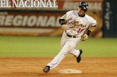 Marco Scutaro, jugador de los Leones del Caracas, en partido contra Pastora de Los Llanos. 17-12-2003. (GABRIEL OSORIO / ARCHIVO EL NACIONAL)
