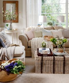 Neutral-traditional-living-room-with-wicker-trunk