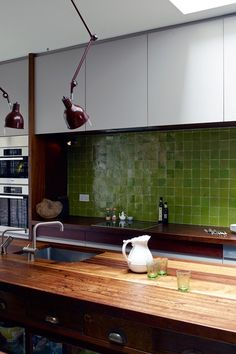 Green tiles in a reclaimed kitchen - Retrouvious - Kitchen Design Ideas 70s Kitchen, Family Kitchen, Glass Kitchen, Kitchen Tiles, Kitchen Worktops, Long Kitchen, Reclaimed Kitchen, Kitchen Design Gallery, Design Kitchen