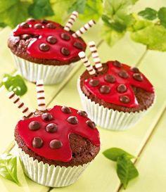 Süße Marienkäfer Rezept: Leckere Schokoladen-Muffins mit roter Glasur in Marienkäfer-Optik - Eins von 5.000 leckeren, gelingsicheren Rezepten von Dr. Oetker!