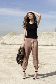 Another cute jogger outfit Jogger Pants Outfit, Harem Pants, Women's Pants, Trousers, Chic Outfits, Spring Outfits, How To Wear Joggers, Sport Outfit, Fashion Pants