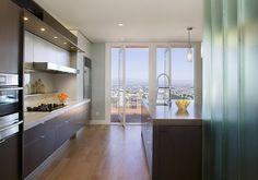 erityisesti värit ja miten keittiö on rakennettu miellyttävät silmääni Hillside Home in Tiburon: Marin Bungalow by Feldman Architecture