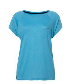Blaues T-Shirt der niederländischen Lingerie-Marke Livera. Dieses weiche Basic-Teil begeistert uns mit seiner schönen Farbe und seinen kleinen Details, wie zum Beispiel mit der gewebten Tasche vorn oder den silbern verzierten Nähten. Toll für eine Mix und Match Kombination mit den Hosen der Livera-Kollektion