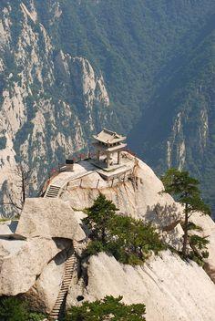 Hora Huashan, Čína. Jeden z těch bláznivých vysokohorských treků, které sice můžete vzít v sandálech, ale pro jistotu s lanem.