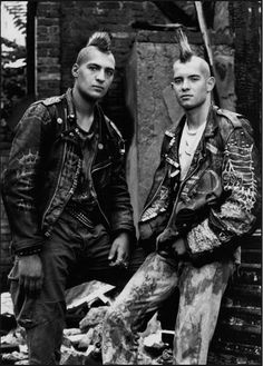 1988 In the and Photographes (Ralf Marsault / Heino Muller) portrayed skinheads, punk and other people living at the margin of society. Moda Punk, Punk Guys, 80s Punk, Diesel Punk, Psychobilly, Visual Kei, Rock And Roll, Punk Mohawk, Straight Edge