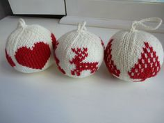 Weihnachtskugeln, -muster und -anleitungen stricken Wenn Sie in . Knit Christmas balls, patterns and instructions If you are in . - knitting is as easy as 3 knit Knitting Projects, Crochet Projects, Christmas Balls, Christmas Ornaments, Xmas, Floral Hoops, Pink Cotton Candy, Christmas Knitting, Crochet Christmas