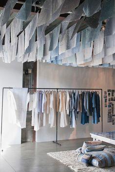 ドーサの服は、自然素材に由来したものが多く、リネンやコットンはドーサのシンボルと言っても過言ではありません。 デザイナー自身が世界各国を周り、面白い!と共感を得たものを表現した、完全オリジナルのどのカテゴリーにも分類されない、自然体のファブリックが特徴です。