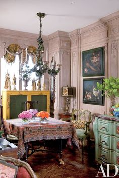 Italian tole chandelier, table draped in woven paisley throw. Wonderful mix of fun! Iris Apfel's Manhattan Apartment : Architectural Digest Architectural Digest, Manhattan Apartment, New York City Apartment, Manhattan Nyc, Home Interior Design, Interior Decorating, Modern Interior, Decorating Ideas, Decor Ideas
