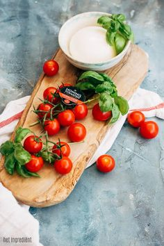 Pizza met Honingtomaten®, basilicum en burrata - de combinatie van tomaat, mozzarella en basilicum is en blijft een klassieker. Misschien ken je hem in een pizza margherita maar deze is net even next level door de burrata en honingtomaten. Om je vingers bij af te likken!   #pizza #margherita #caprese #tomaten #basilicum #burrata #mozzarella