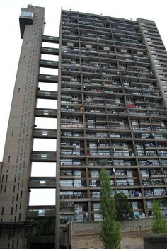Love London council housing: Trellick Tower: A self-guided tour British Architecture, Modern Architecture Design, House Architecture, Council Estate, Council House, Brutalist Buildings, Modern Buildings, Tower Block, Cement