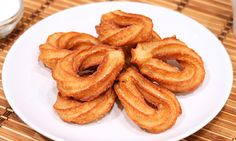 How to bake homemade Churros Quick Recipes, Sweet Recipes, Cake Recipes, Desserts Espagnols, Peruvian Desserts, Spanish Food, Beignets, Onion Rings, Something Sweet