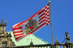 """Die """"Senatsflagge"""" weht zu besonderen Anlässen und Feiertagen am Rathausdach."""