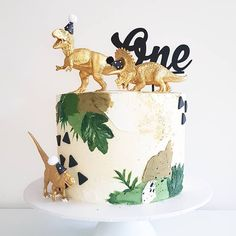 How To Plan an Awesome Dinosaur Birthday Party - This Hustle cake wedding cake kindergeburtstag ohne backen rezepte schneller cake cake Dinosaur First Birthday, First Birthday Cakes, 1st Boy Birthday, Boy Birthday Parties, 1st Birthday Ideas For Boys, Dinasour Birthday, Gold Birthday Party, Disney Birthday, Comida Para Baby Shower