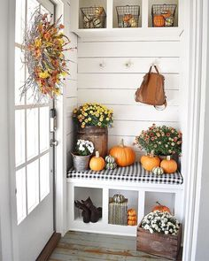 Gorgeous Fall Mudroom and Entryway Ideas! Decorating your mudroom or entryway for fall is always Fall Home Decor, Autumn Home, Diy Home Decor, Fall Apartment Decor, Holiday Decor, Southern Cottage, Simply Southern, Simple Centerpieces, Decorating Your Home
