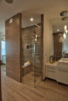 Modern fürdőszoba természetes, fa hatású burkolattal - Fürdőszoba csempe…