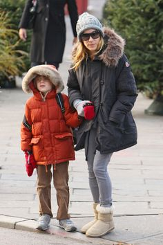 Sarah Jessica Parker Photos Photos - Sarah Jessica Park and Her Son Walk to School - Zimbio Ugg Boots Outfit, Blonde Celebrities, Mary Kate Olsen, Kate Bosworth, Sarah Jessica Parker, Victoria Dress, Carrie Bradshaw, Red Carpet Dresses, Canada Goose Jackets