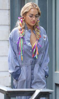 Rita Ora con trenzas de colores