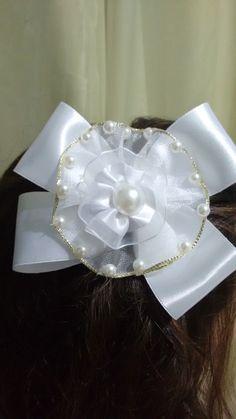 Tiara com fita e rosas branca com perola.