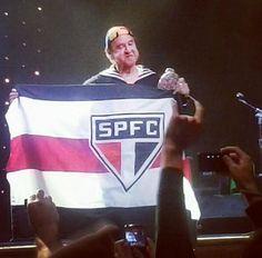 Ator mexicano Carlos Villagrán, o Quico com a bandeira do SPFC (Foto: Reprodução/Twitter)